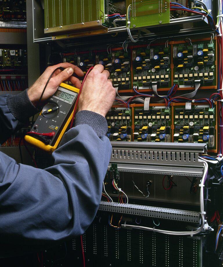 Elektriker Kristianstad jobbar på en elcentral